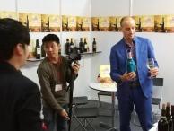 In Malesia, Matteo riceve la visita di giornalisti da Kuala Lumpur